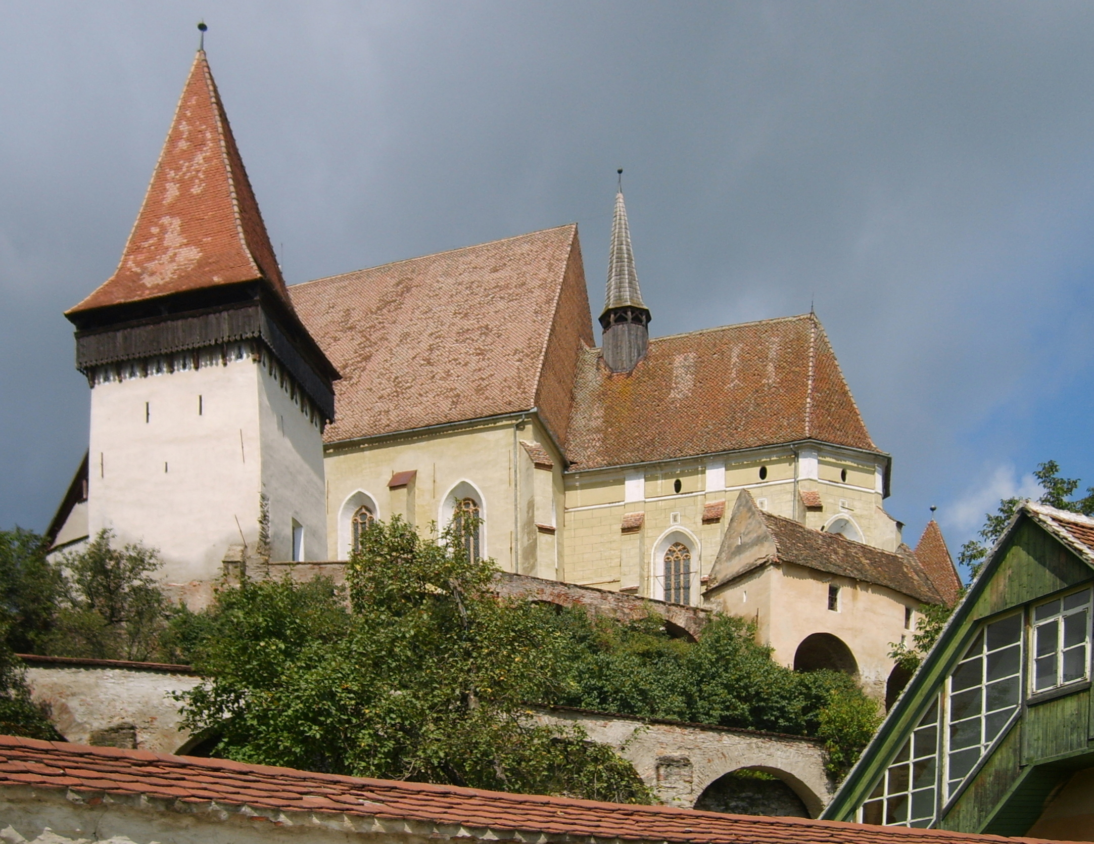 Biertan_church_with_protecting_walls