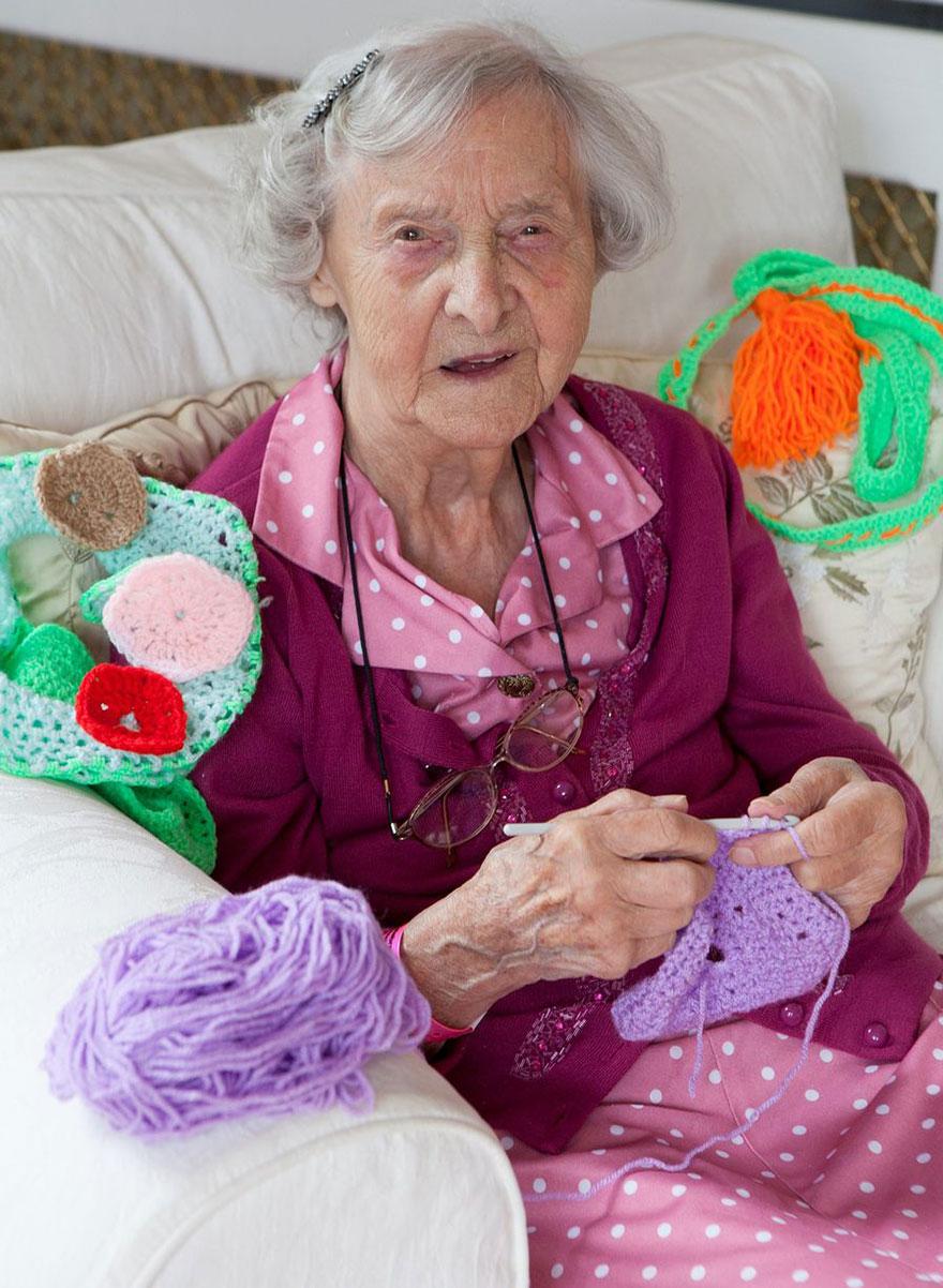 grandmother-yarn-bomb-uk-souter-stormers-knitting-104-year-old-grace-brett-1