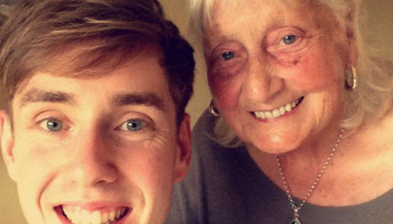 86-годишна баба разтопи сърцата на милиони в социалните мрежи, трогна и Google