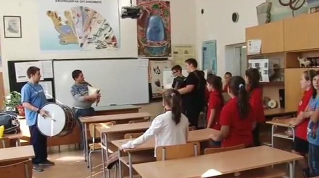 Ученици от Пловдив свирят на музикални инструменти в междучасията