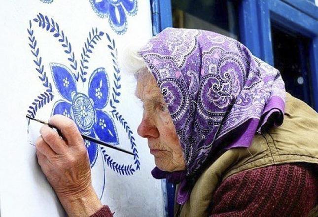 90-годишна жена превръща къщите в селото си в приказна галерия с рисунките си