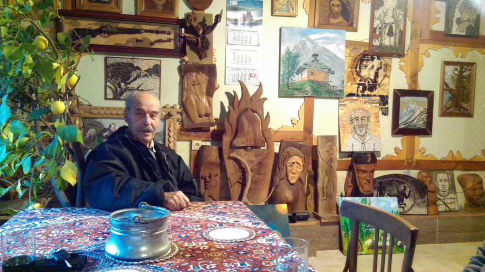 90-годишният дядо Георги, който твори вълшебства от дърво, мозайка и конци