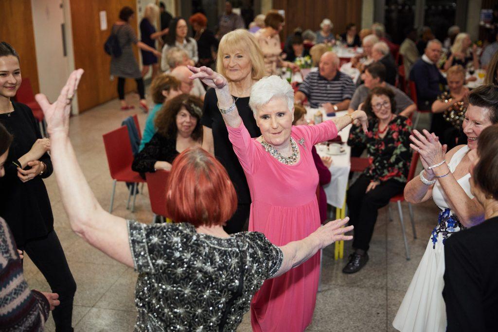 Клуб се бори със самотата на възрастните хора с чаени партита