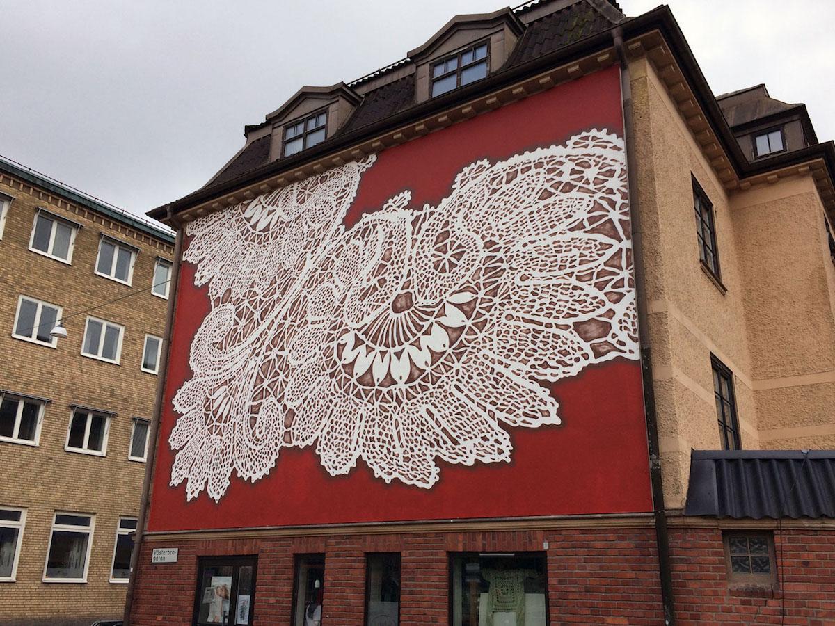 Художничка рисува традиционни дантели върху сгради по целия свят