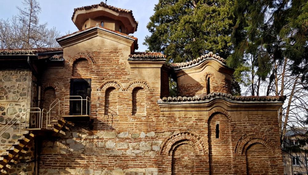Средновековна църква и вековни секвои в подножието на Витоша