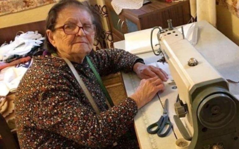 93-годишната баба Мара шие маски за медиците в Харманли