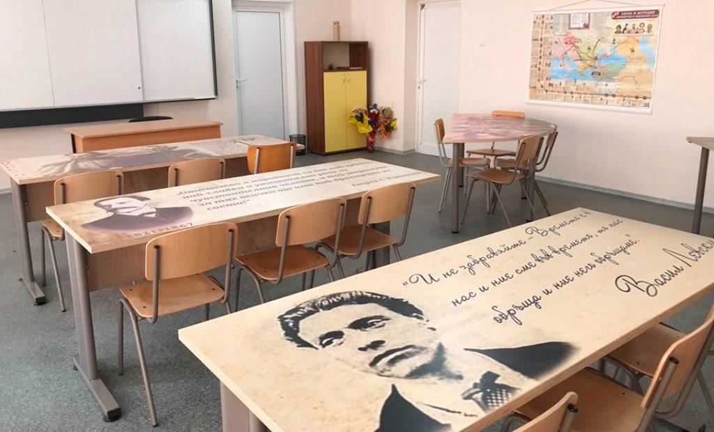 Ученици учат на чинове с ликовете на велики българи