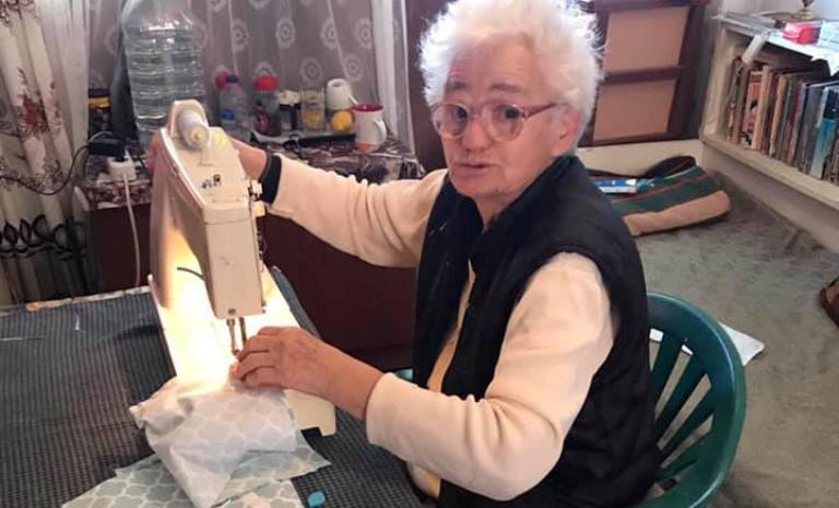 80-годишна жена от Приморско шие безплатно маски за съгражданите си