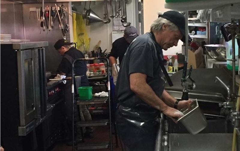 Джон Бон Джоуви мие чинии, за да помогне в изхранването на нуждаещи се