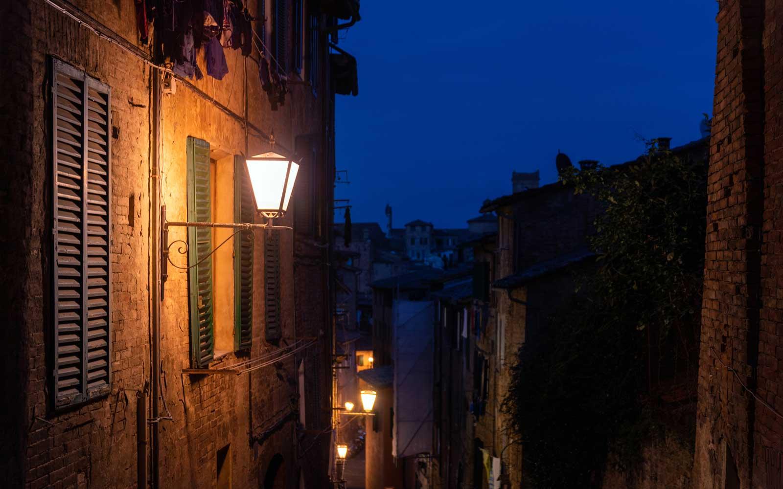 Италианци под карантина топлят сърцата си като пеят от балконите
