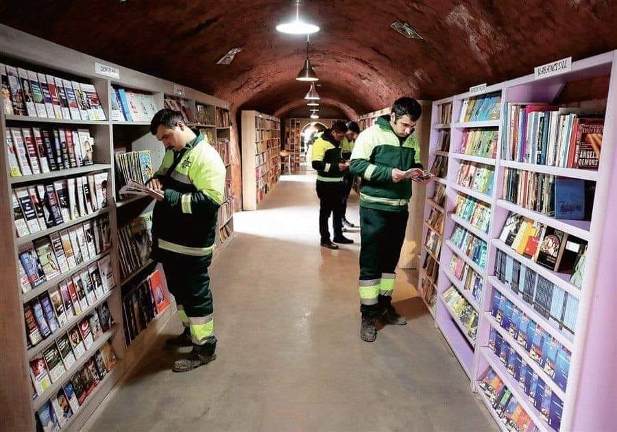 Работници по чистотата в Анкара направиха библиотека от изхвърлени книги