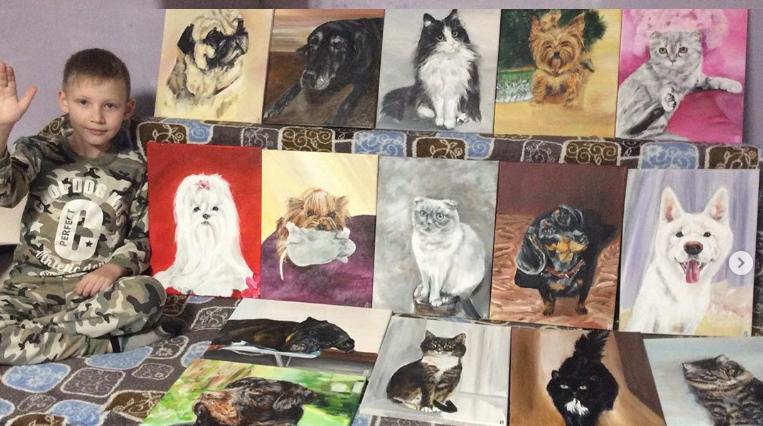 Момче рисува котки и кучета и разменя картините срещу храна за бездомни животни