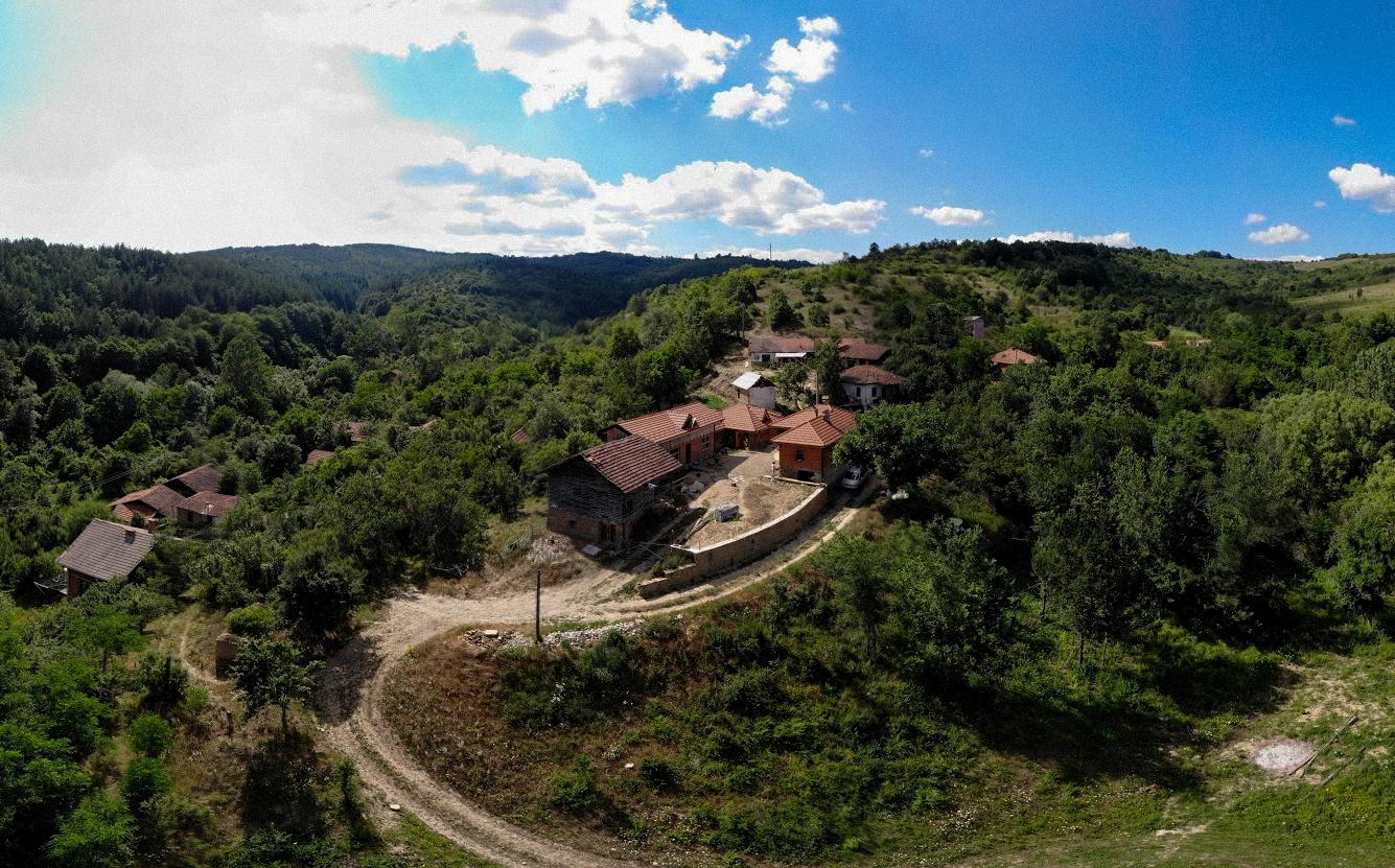 """С дъх на смола от село Смоличано – всяко населено място без хората е просто """"там"""""""