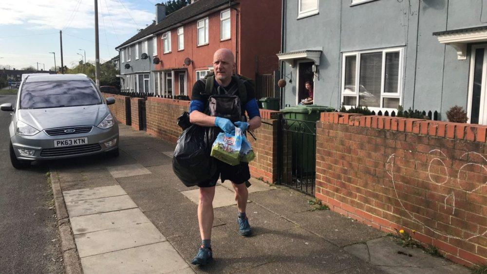 Учител ходи по пет мили на ден, за да занесе безплатна храна на деца в нужда
