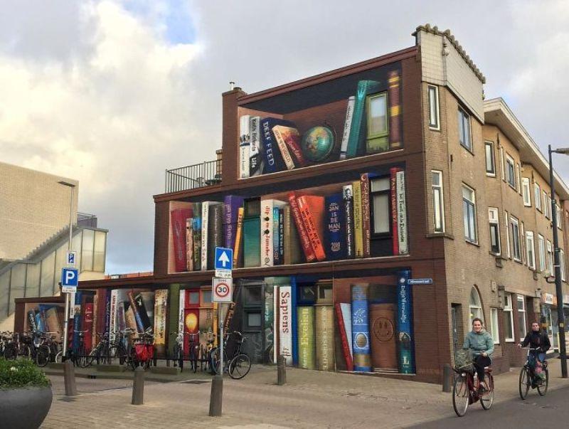 Художник рисува любимите книги на хората по фасадата на апартаментите им