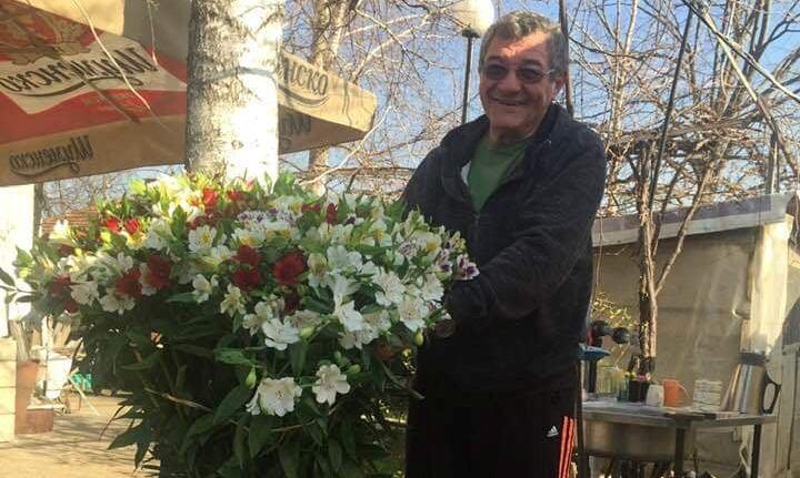 Цветарят, който подарява цветя на шофьорите