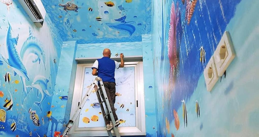 Художник създава приказен свят в болничните стаи за успокоение на децата