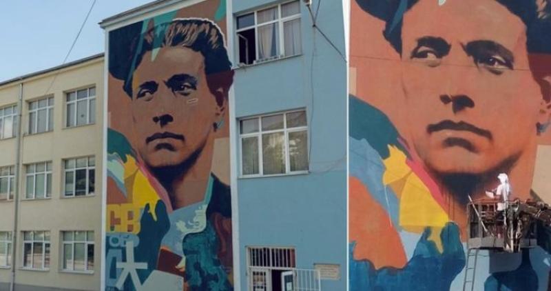 Най-големият портрет на Васил Левски се появи на фасадата на училище