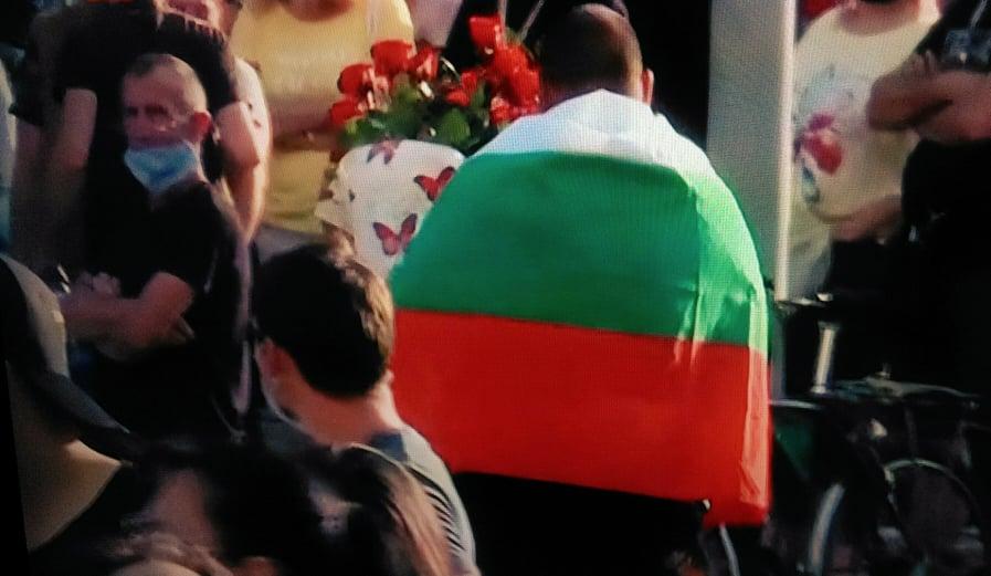 Рози за жените полицаи на протеста
