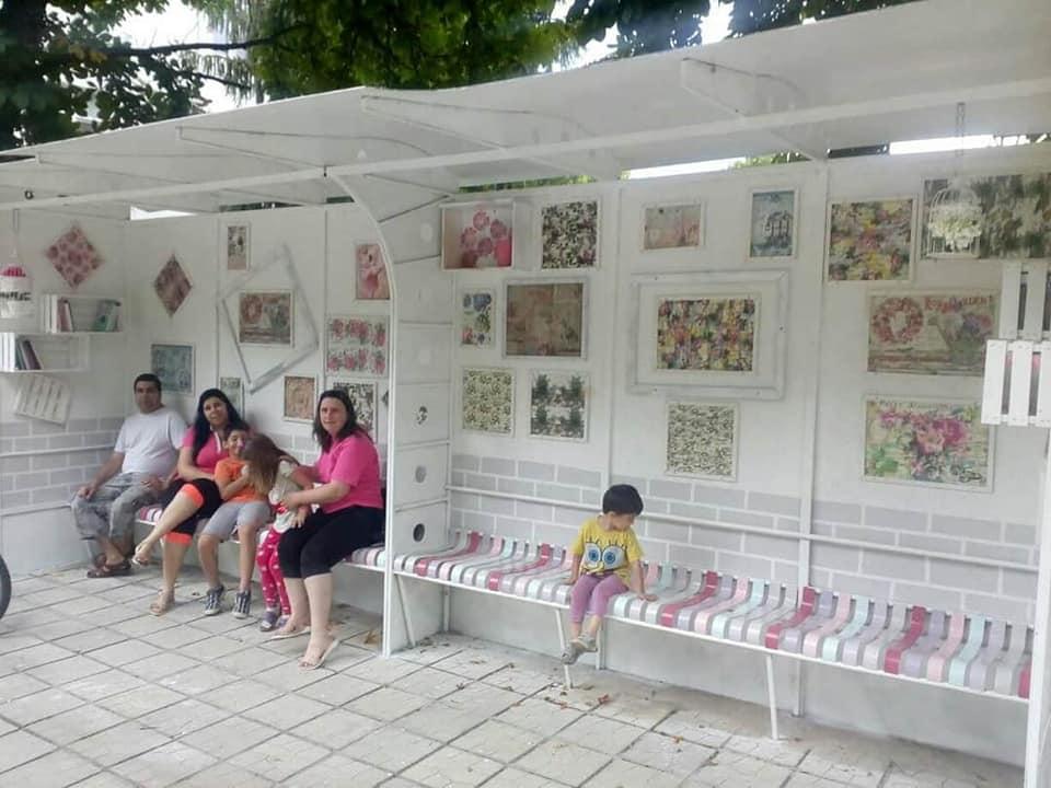 Автобусни спирки предлагат книги за четене в българския град Алфатар